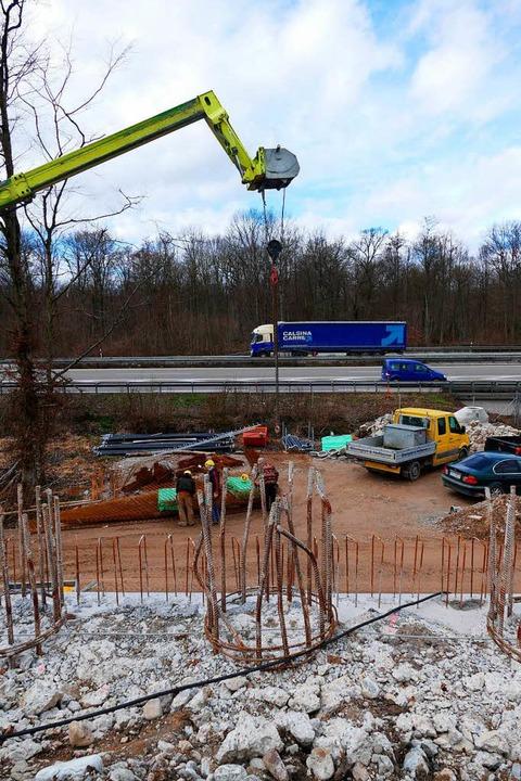Von der Betonwand bis zur Autobahn ist...Gleis der Rheintalbahn geführt werden.  | Foto: Manfred Frietsch