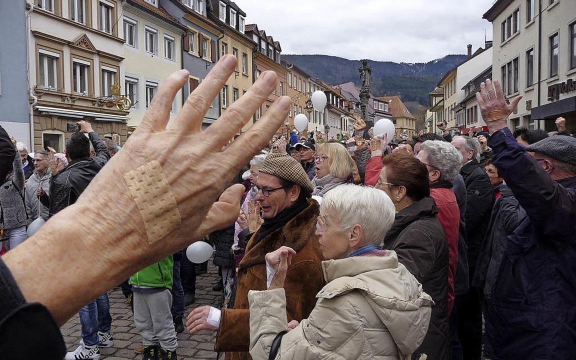 Mehr als 600 Teilnehmer versicherten g...Klaus-Krankenhauses ihrer Solidarität.  | Foto:  Katja Russhardt