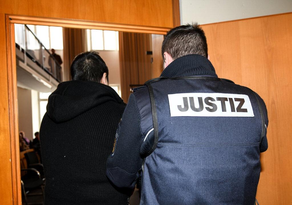 Hussein K. wird von einem Justizbeamte...dgericht in den Gerichtssaal gebracht.  | Foto: dpa