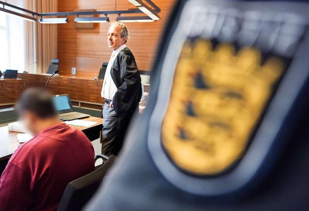 Verteidiger Sebastian Glathe mit seinem Mandanten im Gerichtssaal  | Foto: dpa