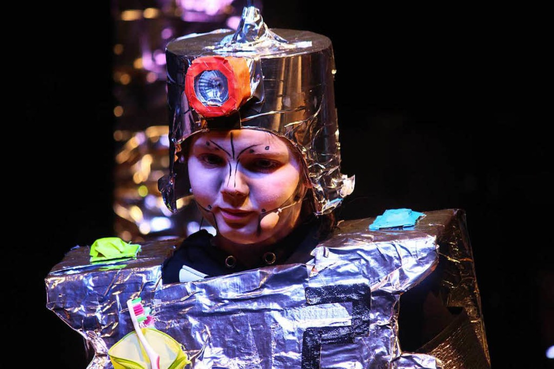 Im Kindermusical der Fünftklässler beherrschen Roboter die Welt.  | Foto: Martin Klabund
