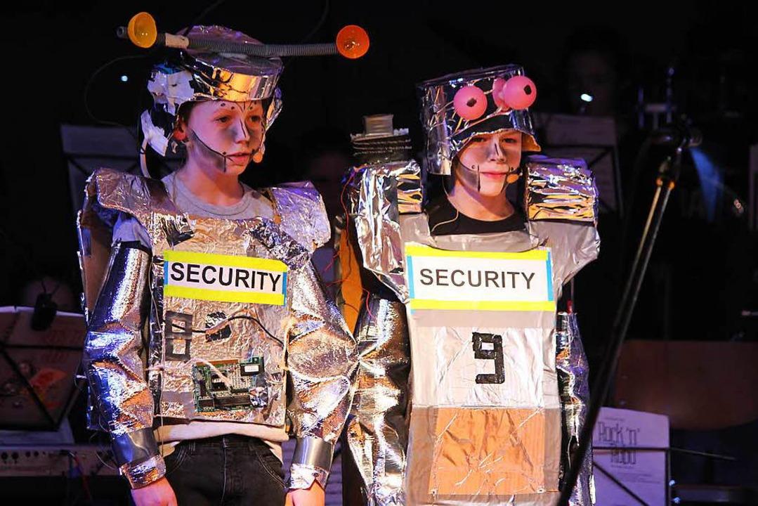 Die Sicherheitskräfte sorgen dafür, dass Ruhe herrscht in Roboterra  | Foto: Martin Klabund