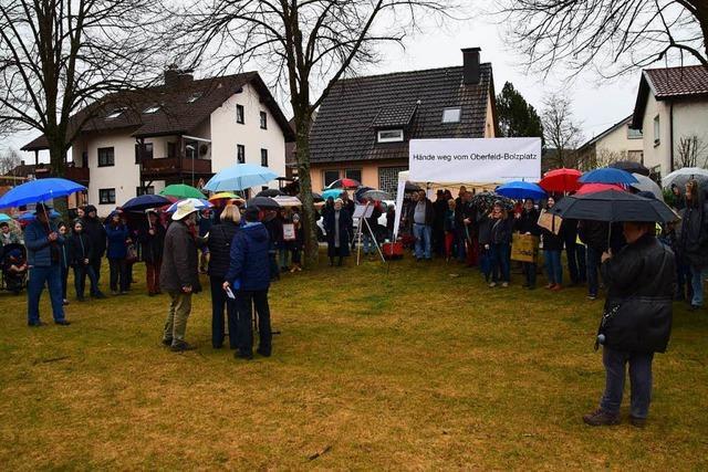 100 Menschen bei Demo für den Erhalt des Oberfeld-Bolzplatzes
