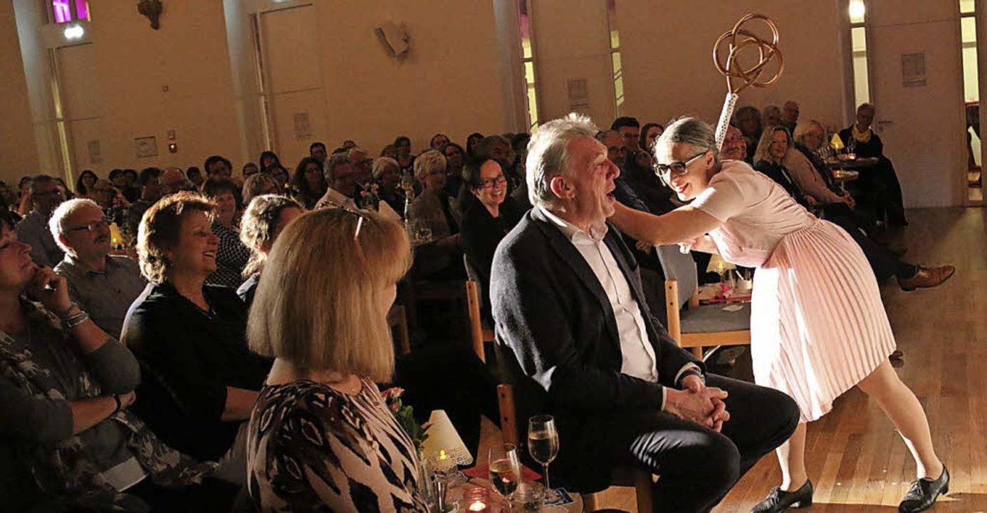 Unnachahmlich: Rosemie Warth beim Bene...hne und im Publikum in der Steinhalle.  | Foto: Dagmar Barber
