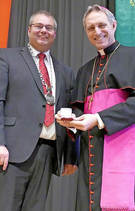 Die Fridolinsnadel in Gold erhielt Erz...eorg Gänswein von Bürgermeister Guhl.   | Foto: Kremp