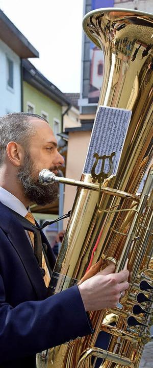 Festliche sakrale Blasmusik gehört zum...nd der Schrein des heiligen Fridolins.  | Foto: Hildegard Siebold