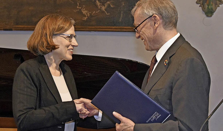 Heike Göbel erhielt ihren Hayek-Preis ...ligen Bundespräsidenten Horst Köhler.   | Foto: Michael Bamberger