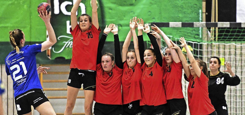 Unüberwindbar: Mit sieben Spielerinnen...lgreich gegen den Torwurf der SG OBK.   | Foto: Patrick Seeger