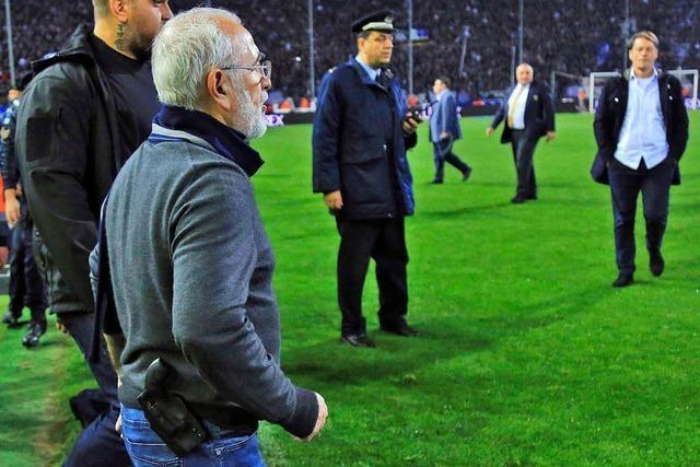 Salonikis Klub-Besitzer stürmt mit Pistole auf Spielfeld – Haftbefehl erlassen