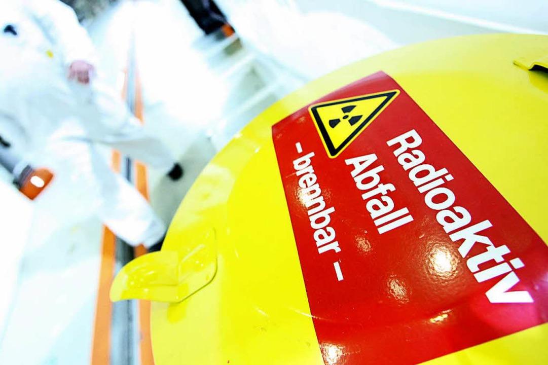 Nach der Atomkatastrophe in Fukushima .... Die Betreiber fordern Entschädigung.  | Foto: dpa
