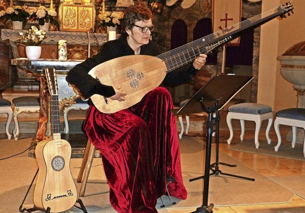 Susanne Foucault begeisterte beim Kirc...her an historischen Zupfinstrumenten.     Foto: Heidrun Simoneit