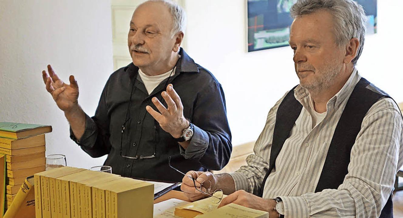 Heinz Schlögl (links) und Frank van Ve...ramatiker und Lyriker Bertolt Brecht.   | Foto: Frey