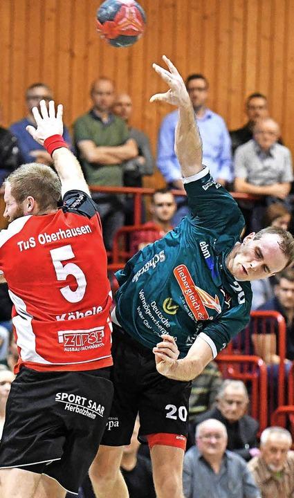 Sprunggewaltig: Der Oberhausener Domin...th begegnen sich im Landesliga-Derby.     Foto: Achim Keller