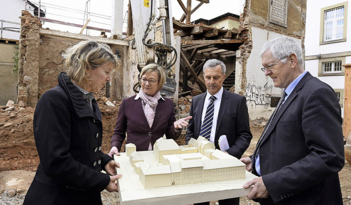 Gruppenbild mit Modell des Justizzentr...andesamt Vermögen und Bau (von links)   | Foto: Thomas Kunz