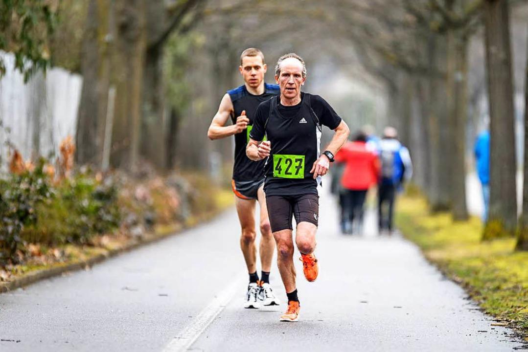 Momentaufnahme: Ins Ziel lief Hanspete...Lörrach-Stetten) hinter Andreas Probst  | Foto: Gerd Gründl