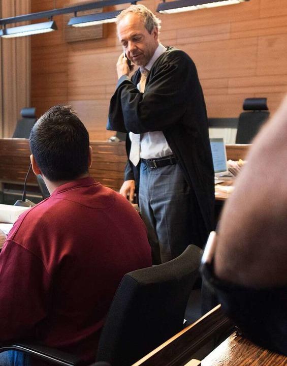 Der Angeklagte Hussein K. und sein Verteidiger Sebastian Glathe   | Foto: dpa