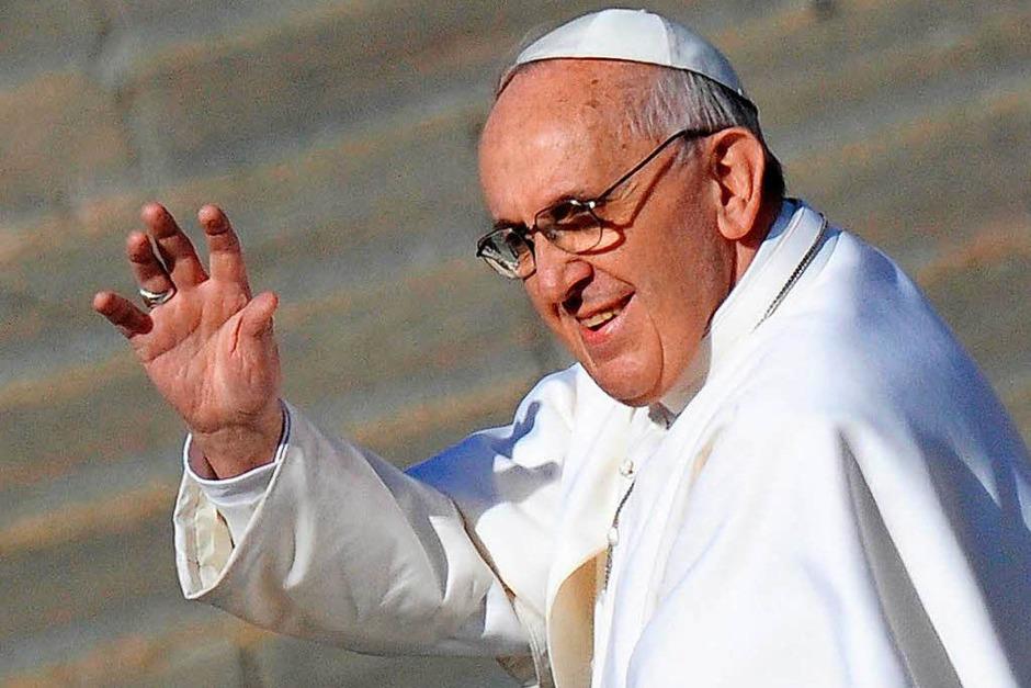 Ein Papst nah an den Menschen: Bei seiner Amtseinführung 2013 winkte Papst Franziskus dem Publikum auf dem Petersplatz im Vatikan zu. (Foto: dpa)