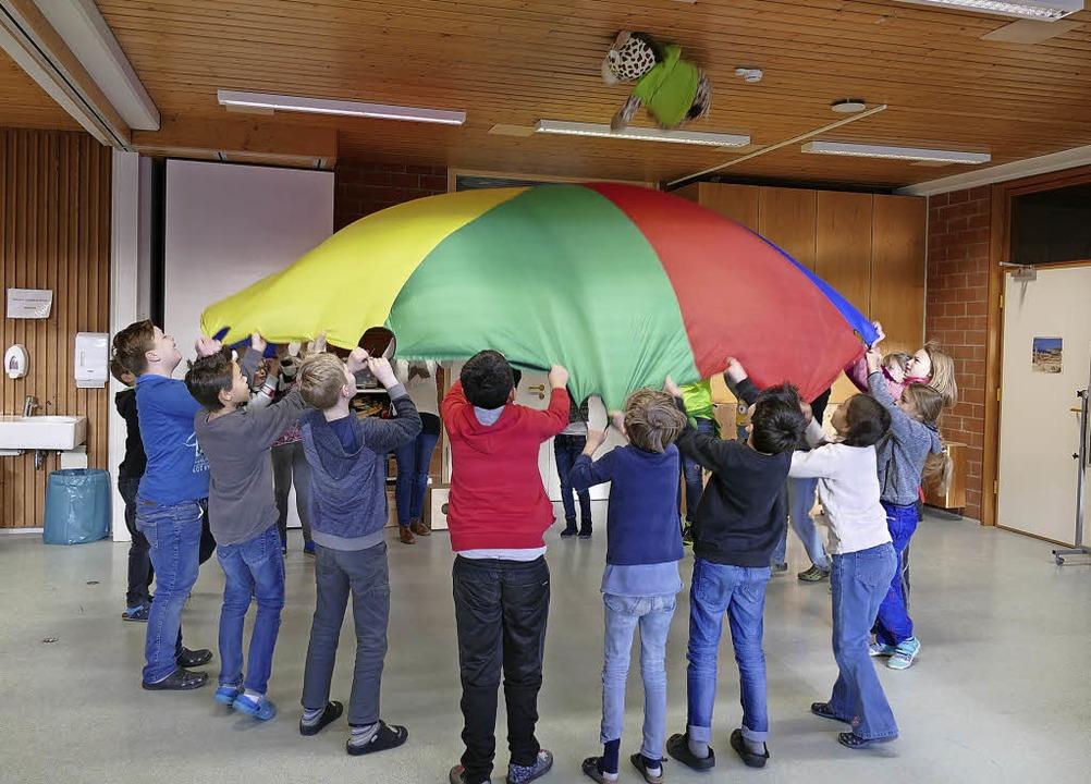 Die Viertklässler werfen gemeinsam die...Luft: Das soll den Teamgeist stärken.   | Foto: H. Hiss