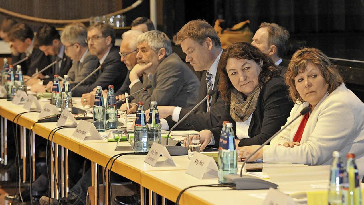 Der Petitionsausschuss sammelt seine I...und Petra Böhlen hören aufmerksam zu.   | Foto: Roland Sigwart