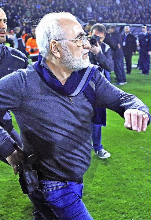 Iwan Savvidis, Besitzer von Paok Salon...einer Pistole am Gürtel auf den Platz.  | Foto: dpa