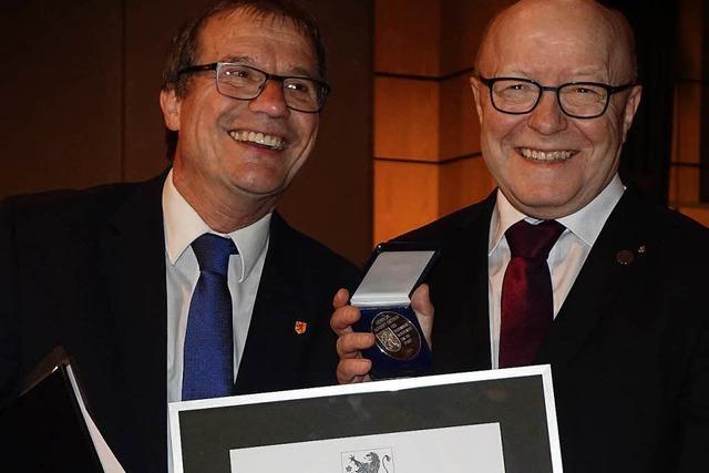 Norbert Dietrich erhält die silberne Verdienstmedaille Rheinfeldens