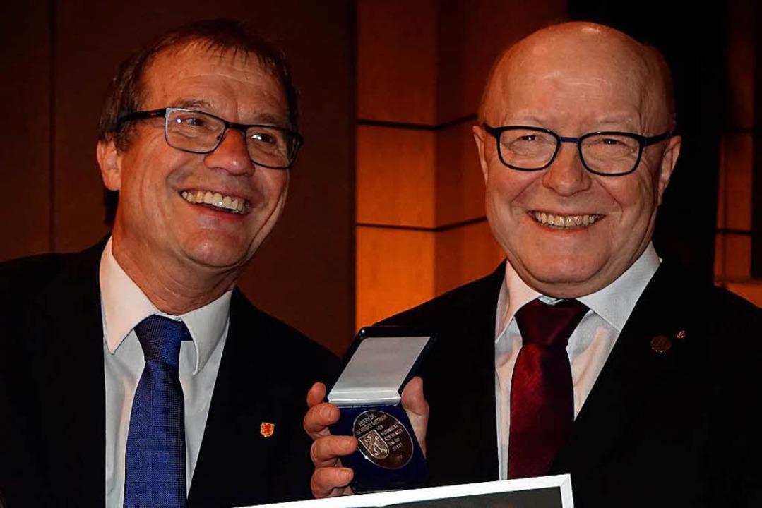 Oberbürgermeister Klaus Eberhardt zeic...bernen Verdienstmedaille der Stadt aus  | Foto: Roswitha Frey