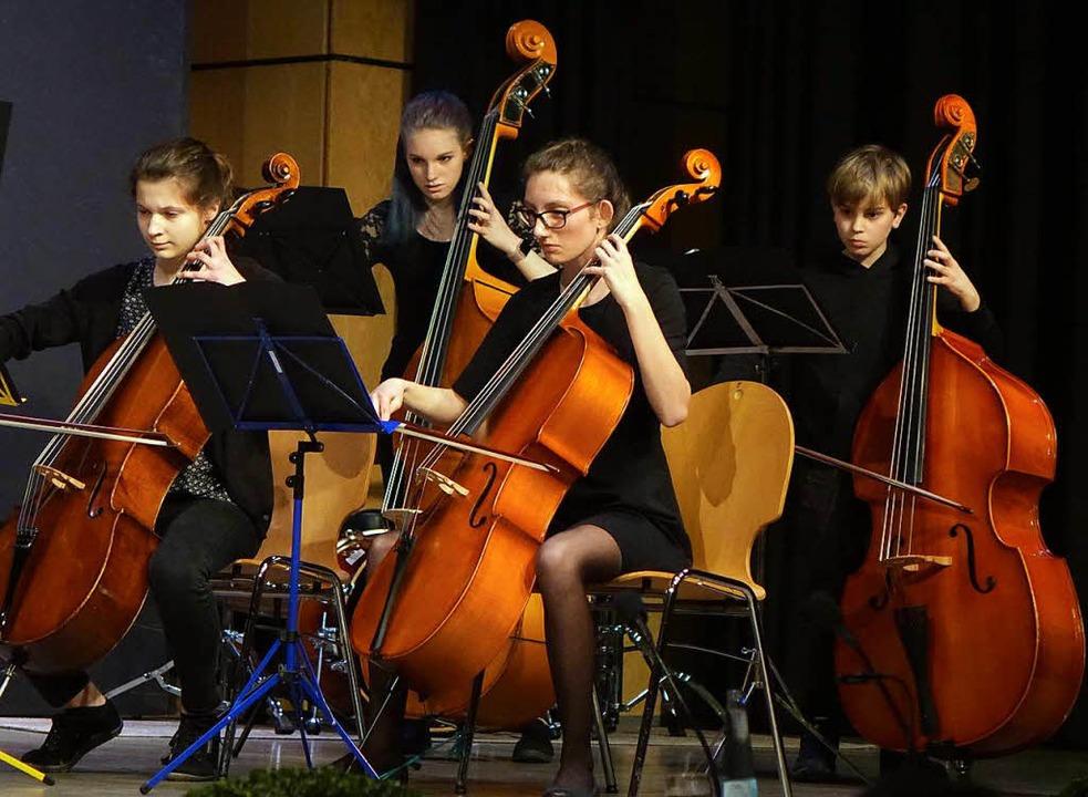 Auch das Streichorchester der Musiksch...gen Musikschulleiters Norbert Dietrich  | Foto: Roswitha Frey