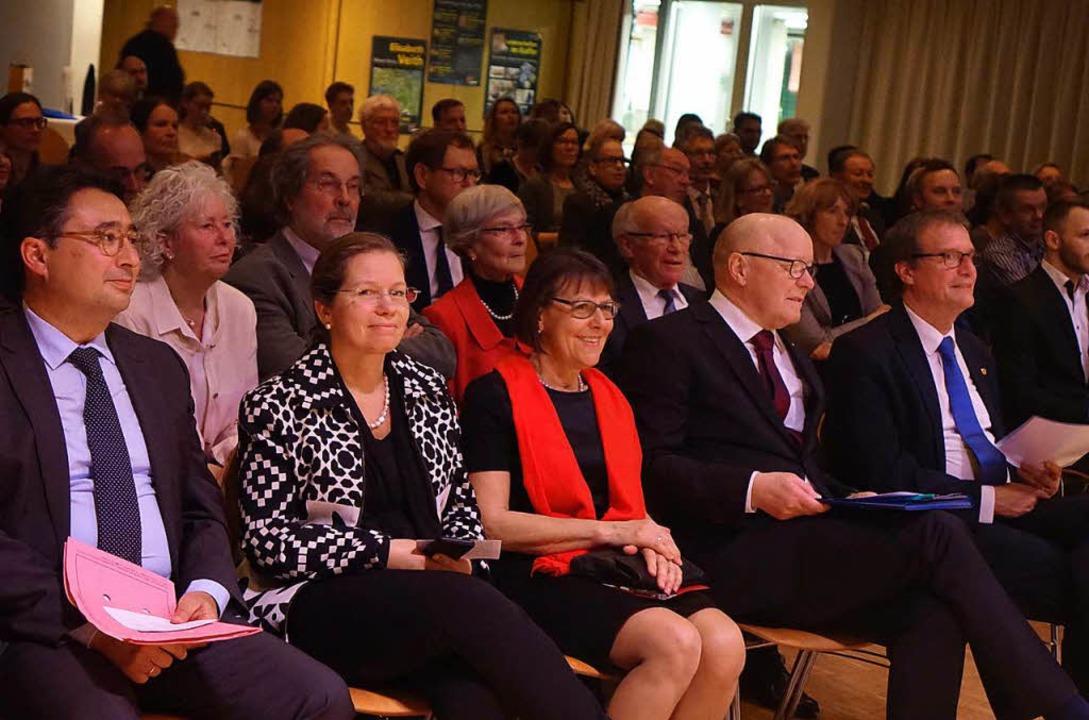 Viele Weggefährten und Persönlichkeite...t Dietrich im vollbesetzten Bürgersaal  | Foto: Roswitha Frey