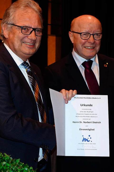 Dieter Burger überreichte Norbert Diet...ur Ehrenmitgliedschaft der Musikschule  | Foto: Roswitha Frey