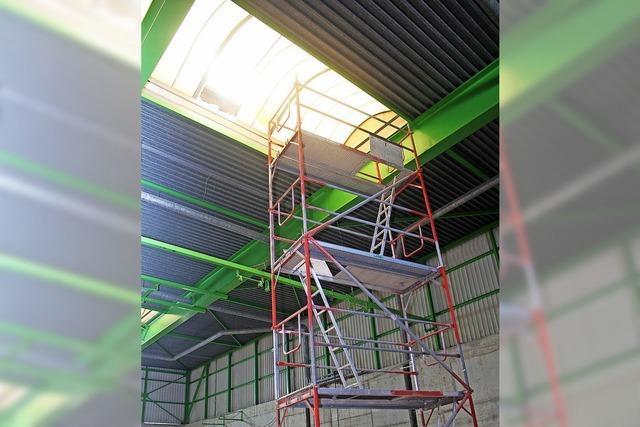 Am Dach hängt die Halleneröffnung