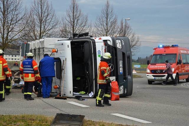 Mülllaster kippt im Kreisel in Efringen-Kirchen um – Fahrer und Beifahrer verletzt