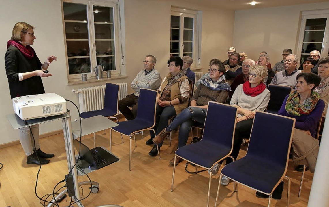 Lucia Eitenbichler erläuterte in Dörlinbach das Konzept.    | Foto: Christoph Breithaupt