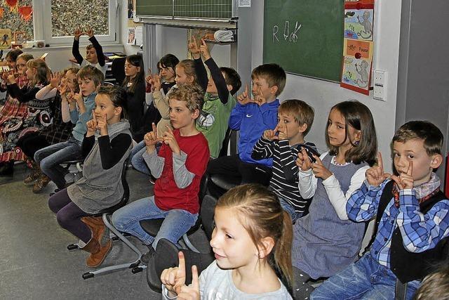 Grundschüler zeigen, was sie gelernt haben