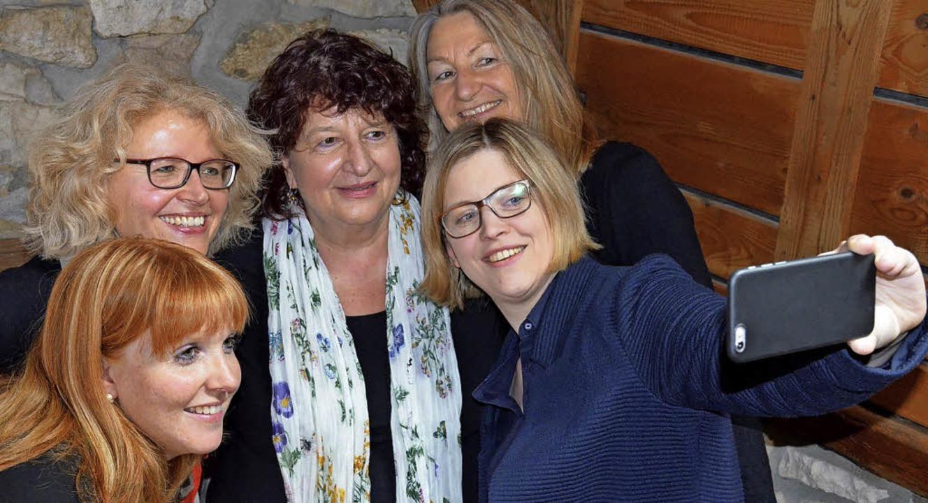 Frauen-Selfie (von rechts): Social-Med... und Kräuterproduzentin Tanja Sommer.   | Foto: Gabriele Hennicke