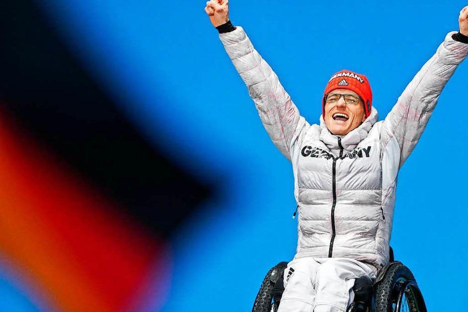 Martin Fleig aus Gundelfingen freut sich über seine Goldmedaille im Biathlon über 15 km. Es ist die erste Paralympics-Medaille für einen Mann seit 2010. (Foto: dpa)