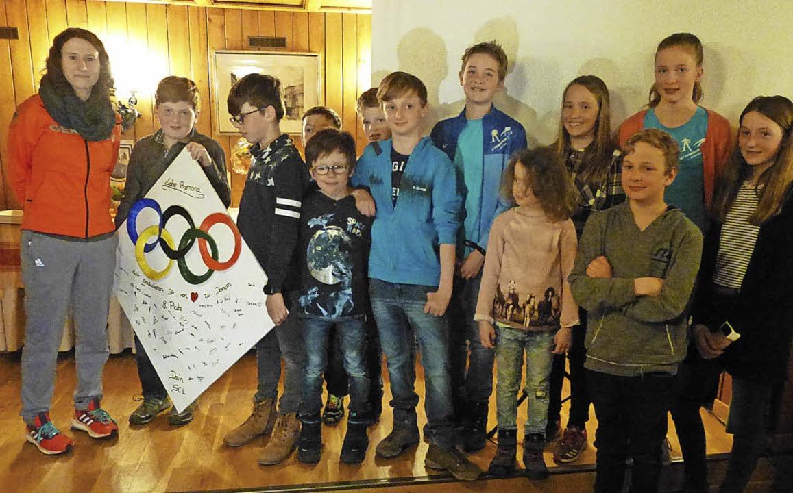 Die Spitzensportlerin mit dem Nachwuchs des Skiclubs   | Foto: Annemarie zwick
