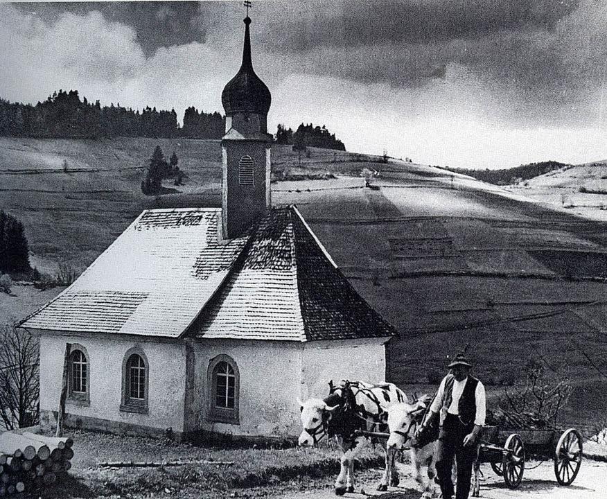 Die Josefskapelle Mitte der 1940er-Jah... Josef Maier und seinen beiden Stieren    Foto: repro oehler