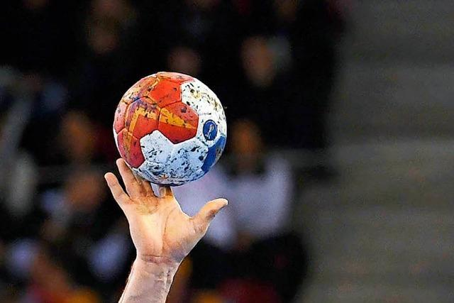 Zuschauer schlägt Handballer bei Spiel ins Gesicht