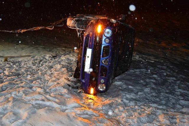 Starker Schneefall: Autofahrer kommt von Straße ab und kippt auf die Seite