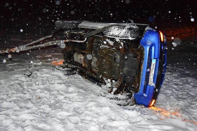 Auto kommt bei Titisee-Neustadt von schneeglatter Straße ab
