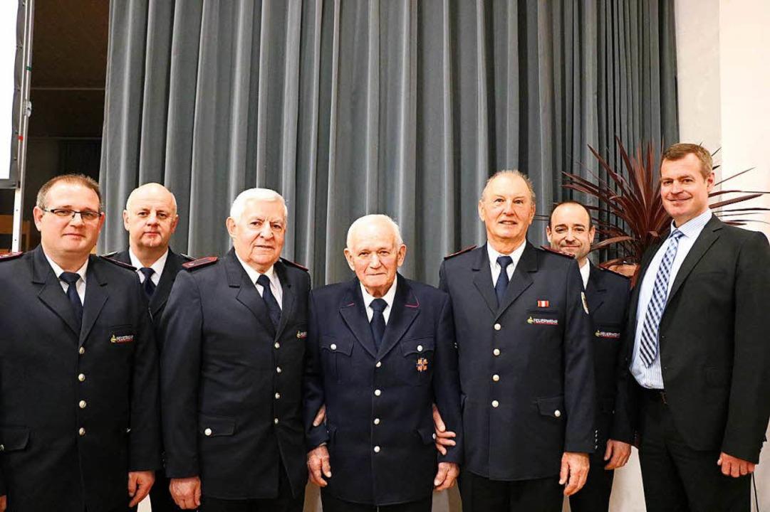 Breisachs Bürgermeister Oliver Rein (r...hr langes Engagement in der Feuerwehr.  | Foto: Claudia Müller