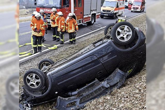 Nach Fahrfehler: Auto landet auf dem Dach