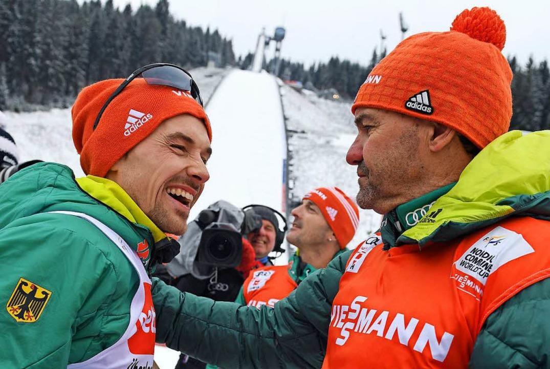 Bundestrainer Hermann Weinbuch (rechts) gratuliert.  | Foto: dpa