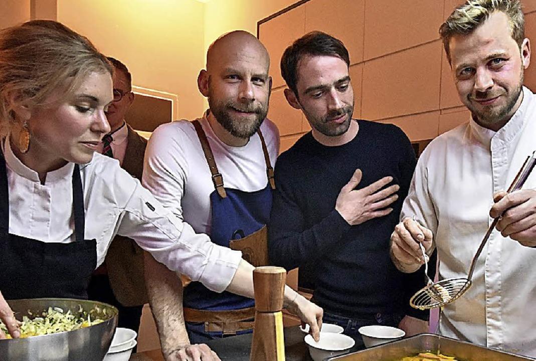 Köchin  Caroline Link, Barchef Boris G...e  und TV-Koch Fabio Häbel (v. links)   | Foto: t. kunz