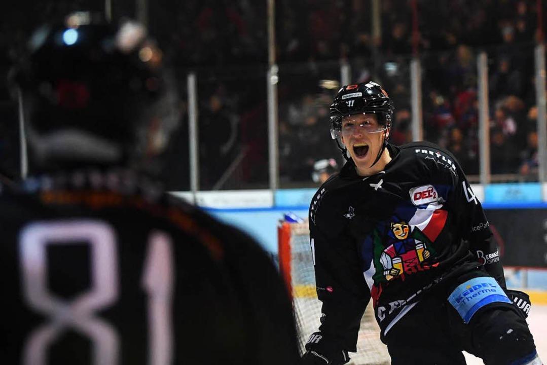 Jannik Herm (rechts) freut sich mit Chris Billich über das 2:0.   | Foto: Seeger