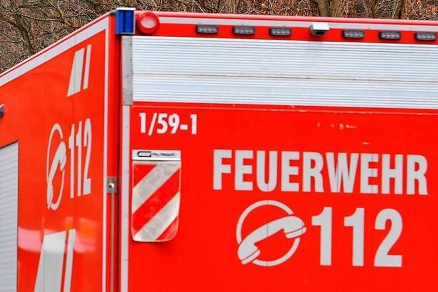 Feuerwehr befreit rastenden Autofahrer aus dem Wagen
