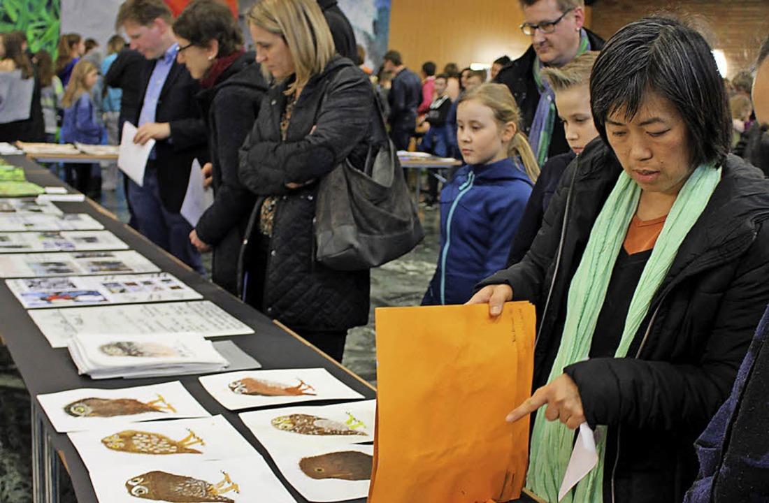 Besucher lassen die vielfältigen Kunstwerke auf sich wirken  | Foto: Schule