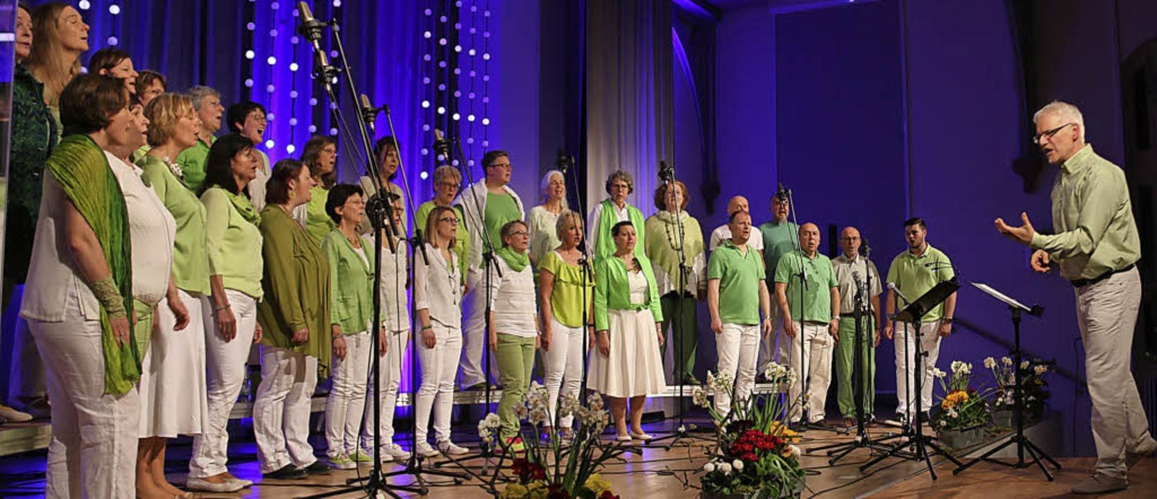 Dirigent Stefan Rheidt (rechts) und sein Chor Pop Vox in der Steinhalle.  | Foto: Dagmar Barber