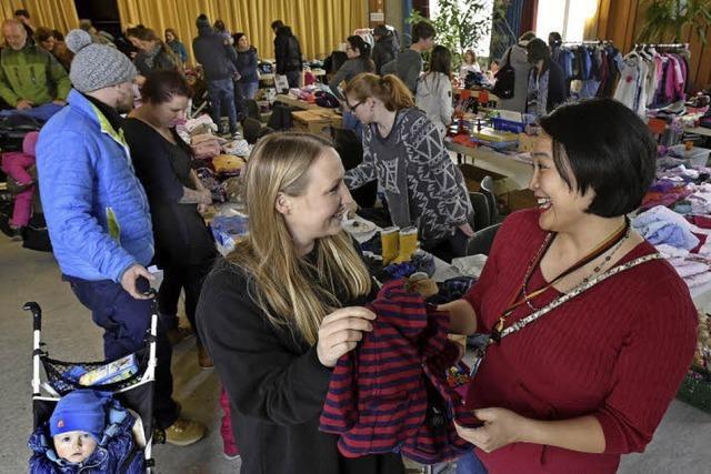 Viele Eltern mit Migrationshintergrund helfen beim Flohmarkt des Markus-Kindergarten