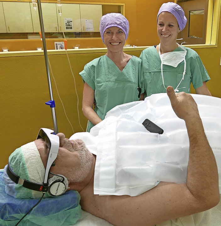 Patient Rolf Hans Huber ist zufrieden:... (l.) und Andrea Hojnik freut's.  | Foto: Hans-Peter Müller